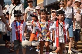 祭りに花を添えた年長園児の稚児行列.JPG